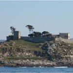 Древняя крепость на входе в бухту в городке Байона