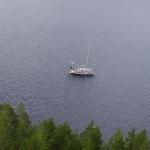 Яхта Дельта с высоты Онежских маяков